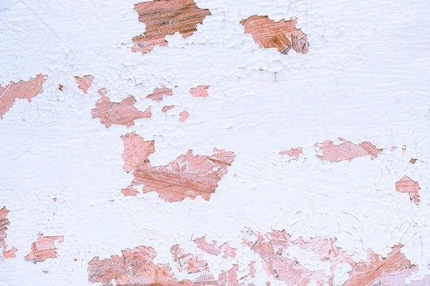 多くの傷がある白い壁