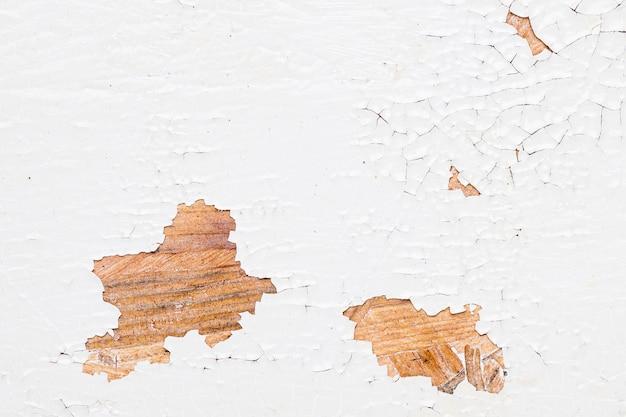 それに傷を持つヴィンテージの白い壁