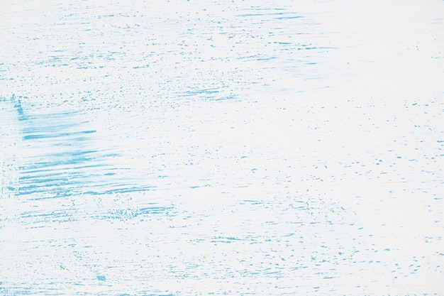 青いペンキで白い壁