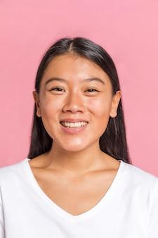 Портрет женщины, улыбаясь в камеру
