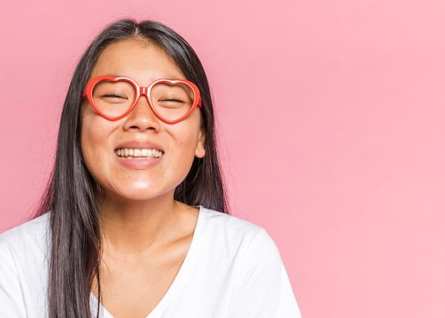 Женщина в очках и улыбается