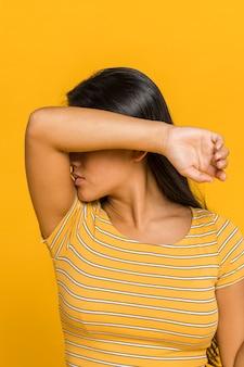 Женщина закрыла лицо рукой
