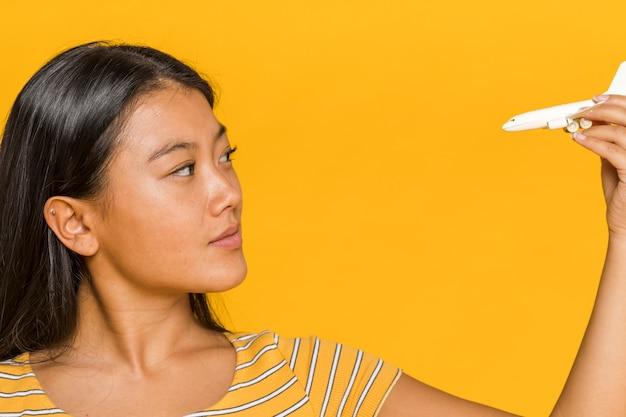 ミニチュア飛行機を見ている女性