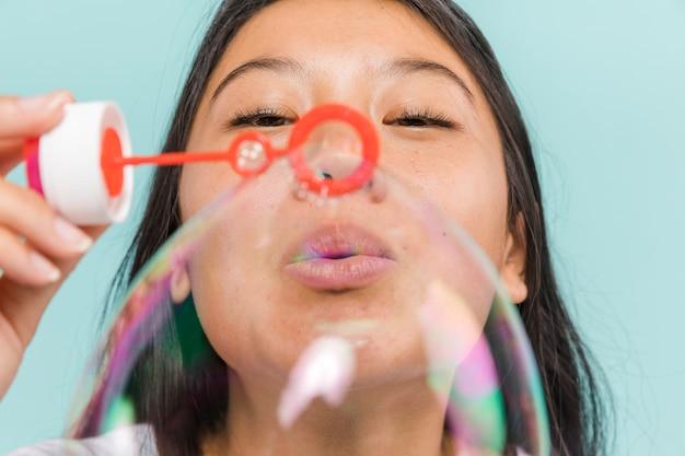 Крупным планом женщина делает пузыри
