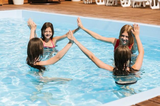 スイミングプールで遊んでいる子供たち