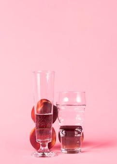 Нектарин и стаканы, наполненные водой