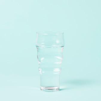 青の背景に水のシンプルなガラス