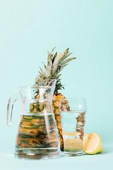 水とレモンとパイナップルの果実