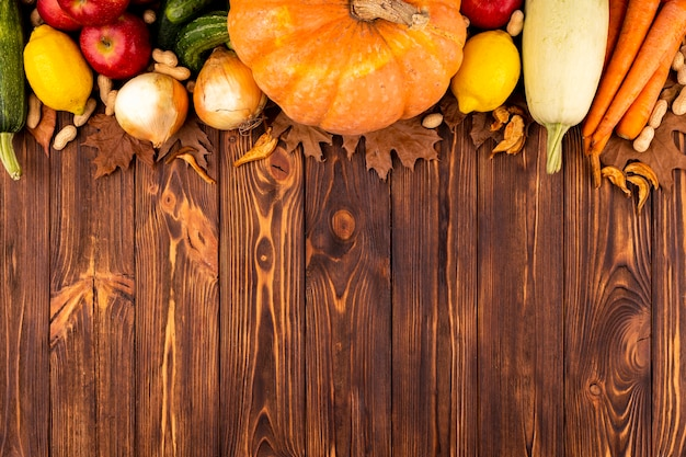 Осенний урожай вид сверху с копией пространства