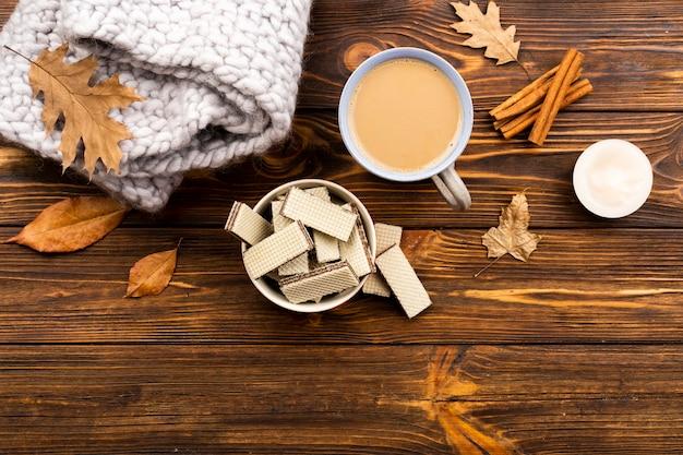 木製の背景に秋のコーヒーとウェーハのレイアウト