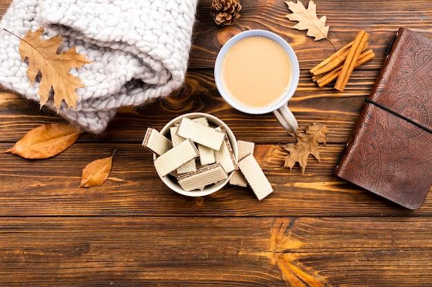 Красивый кофе и вафли макет на деревянном фоне