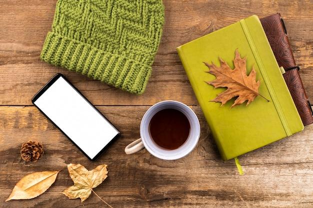 コーヒーとノートブックの秋の背景