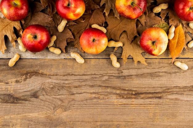 Яблоко и листья осенней композиции копией пространства