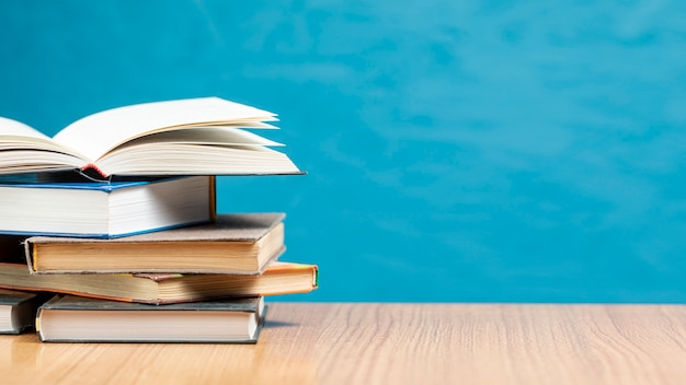 Вид спереди кучу книг с копией пространства