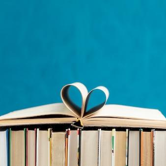 Вид спереди книги с копией пространства