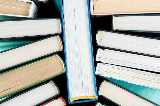 Расположение сверху с книгами