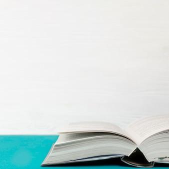 Крупным планом открытая книга с копией пространства