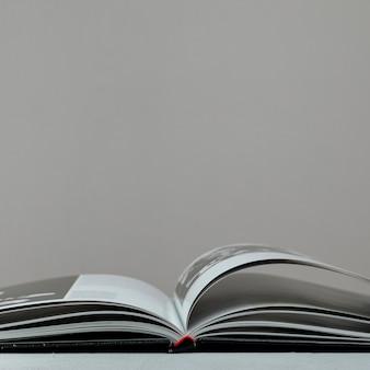 灰色の背景を持つフロントビューの開いた本