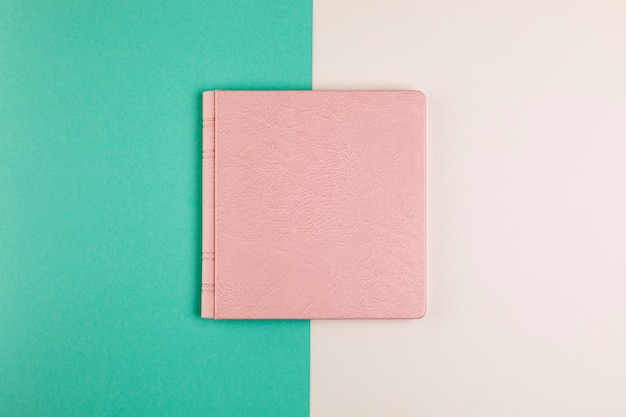 Плоский лежал закрытая книга с красочным фоном