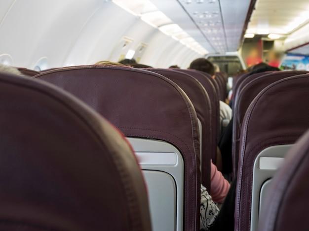 飛行機の中で出発する人