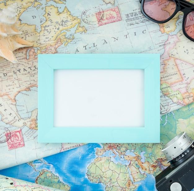 世界地図上の組み立てられたモックアップ