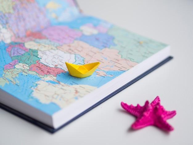 Высокий вид на карту мира с игрушками