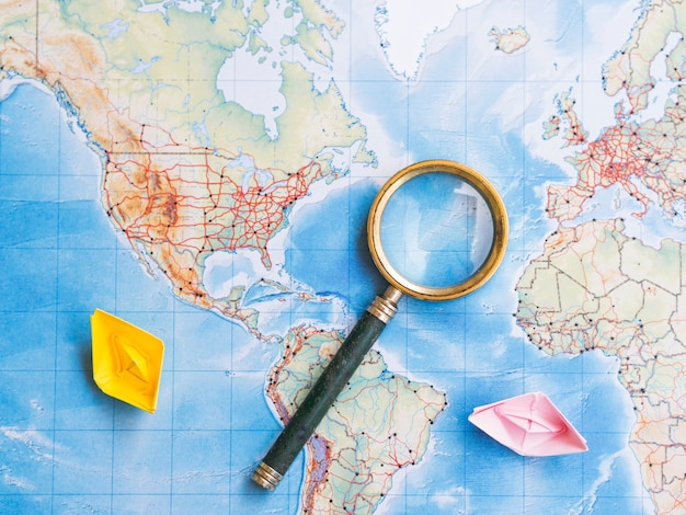 世界地図上の虫眼鏡