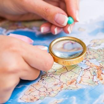虫眼鏡と地図上のピンポイント