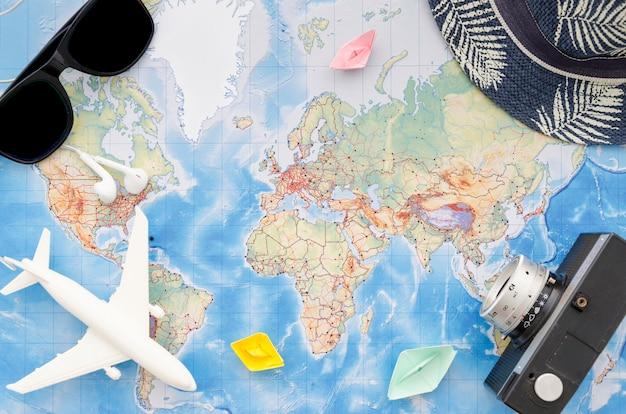 旅行用アクセサリーと地図