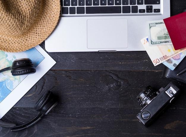 ノートパソコンとお金の財布のフラットレイアウト