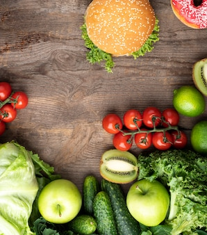 ハンバーガーと健康的な緑の食べ物