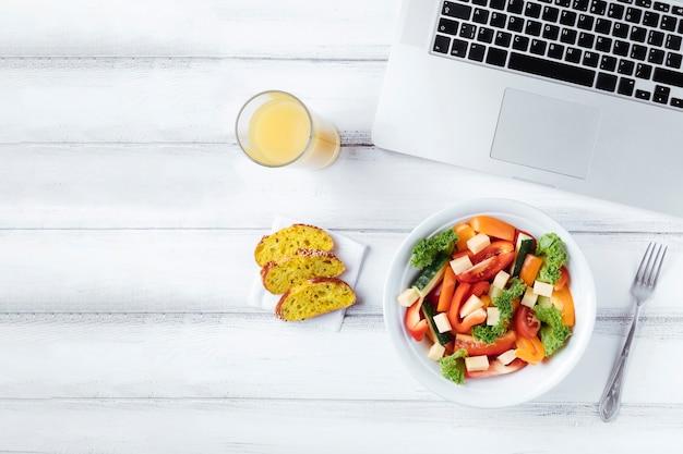 Вкусный обеденный перерыв на офисном столе