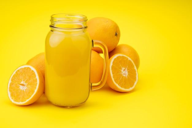 オレンジから作られたおいしいジュース