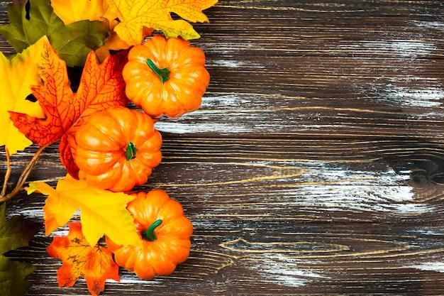 木製の背景を持つトップビュー秋の食べ物