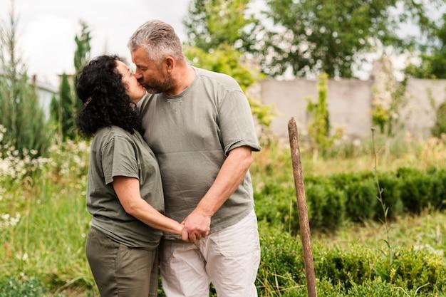 正面の年配のカップルがキス