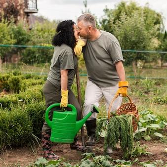 Вид спереди пожилая пара поцелуев