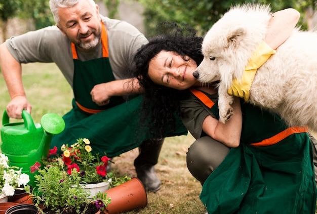 犬と庭で年配のカップル