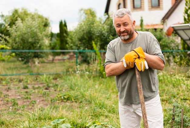 庭の正面の年配の男性
