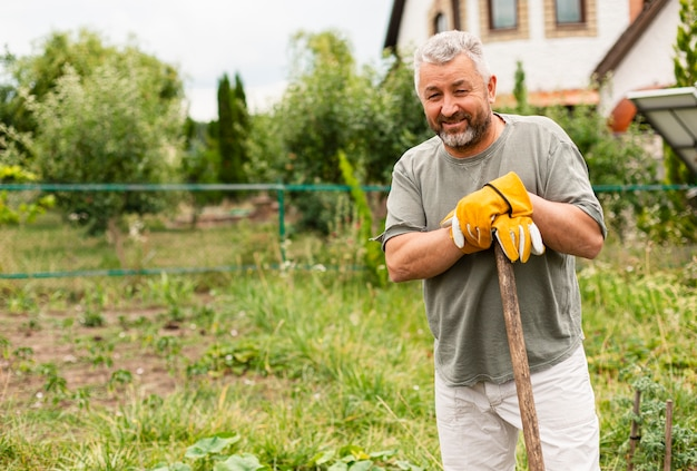 Вид спереди старший мужчина в саду