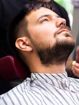 見上げる理髪店の男