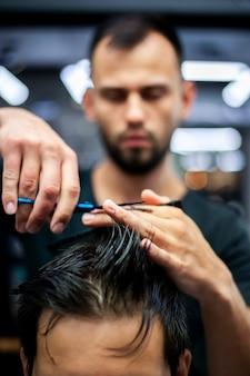 Затуманенное парикмахерская стрижка волос клиента