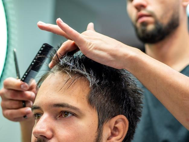 Крупный план клиента и парикмахера