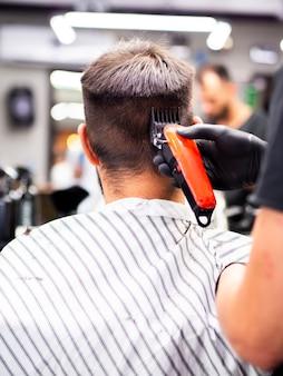 顧客が背後から新しいヘアカットを取得