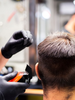 クライアントが背後から新しいヘアカットを取得