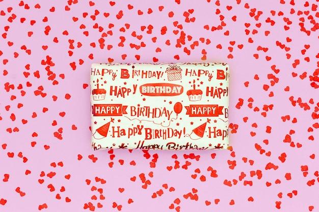 誕生日プレゼントを包んだフラットレイ