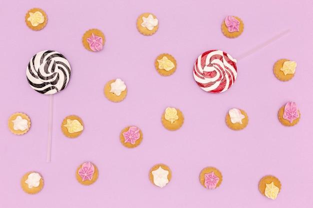 お菓子と紫色の背景にキャンディーのセット