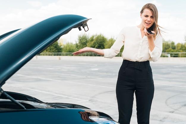 Средний снимок женщины разговаривает по телефону
