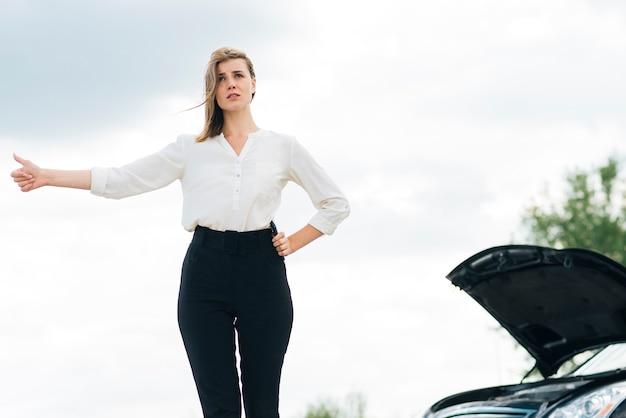 ヒッチハイクしている女性の正面図