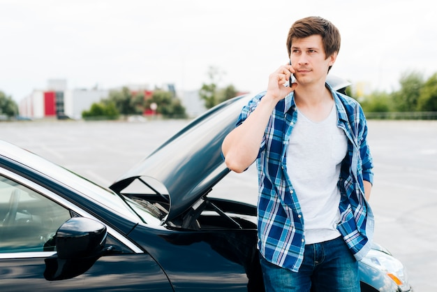 電話で話している男性のミディアムショット