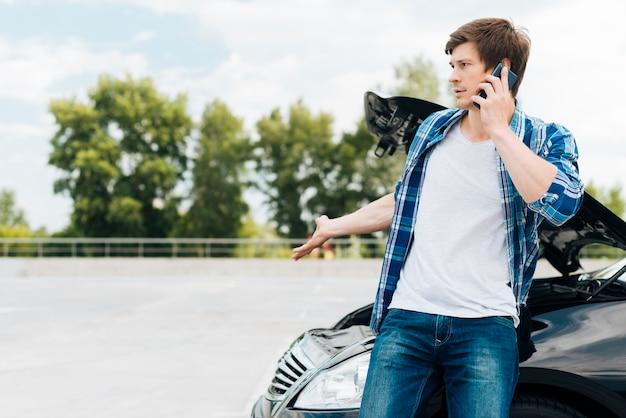 Человек разговаривает по телефону с копией пространства